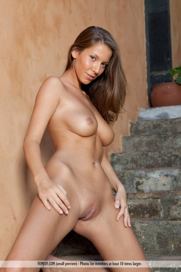 natural-female-naked-body-topless-women-pictures-free