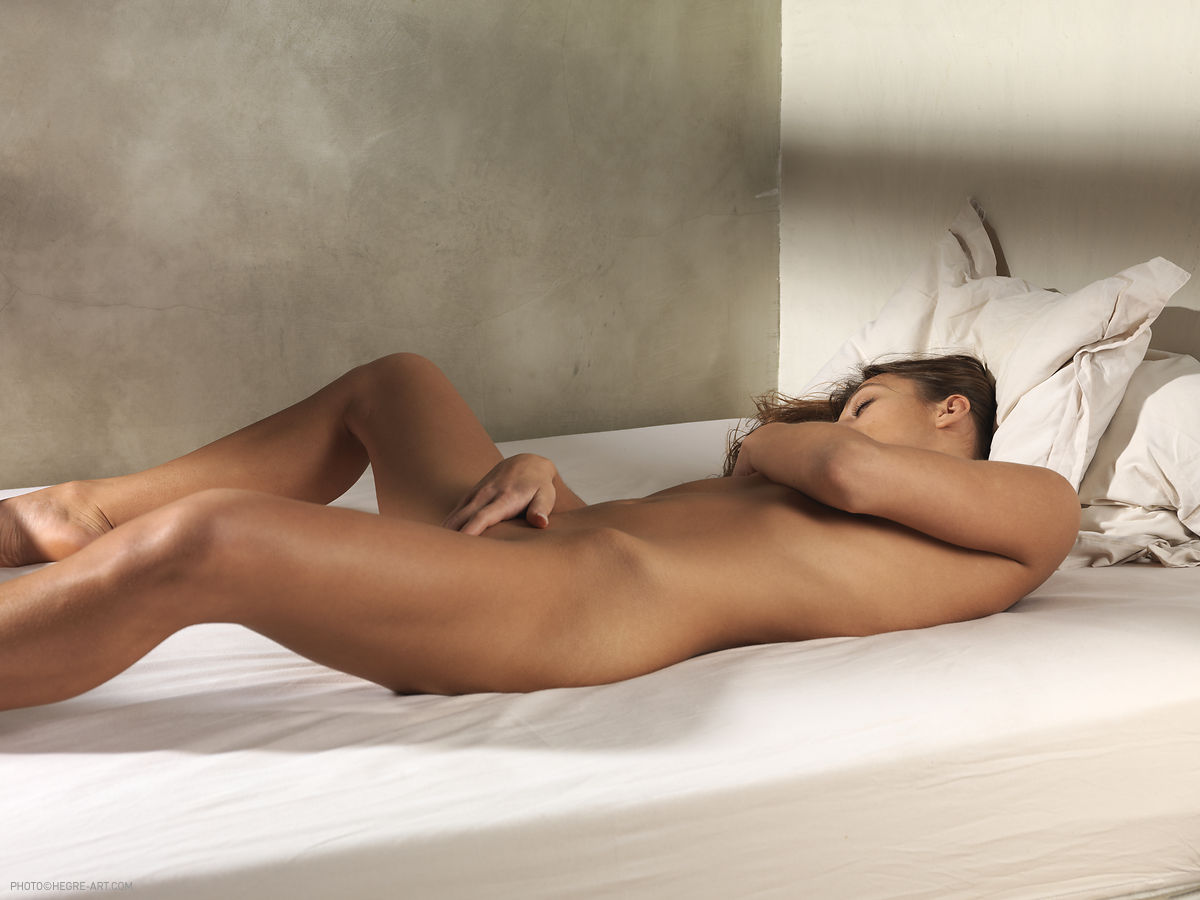 Nude girl lying on bed 8650 pity
