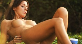 busty-fit-girl-tori-naked-in-the-outdoors