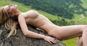 all-natural-and-hot-blonde-in-the-outdoors