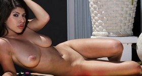 curvy-exotic-model-layla-rose-teases-in-the-sun