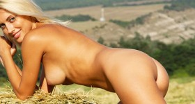 naked-blonde-perfection-in-the-big-outdoors