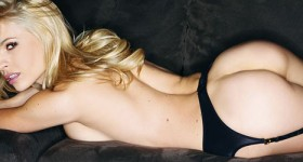 dani-mathers-in-black-lingerie