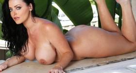 bikini-babe-sophie-dee