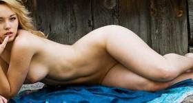 naked-blonde-vikta