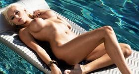 blondie-in-a-pool