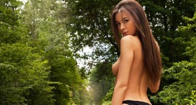 babe-strips-in-the-woods